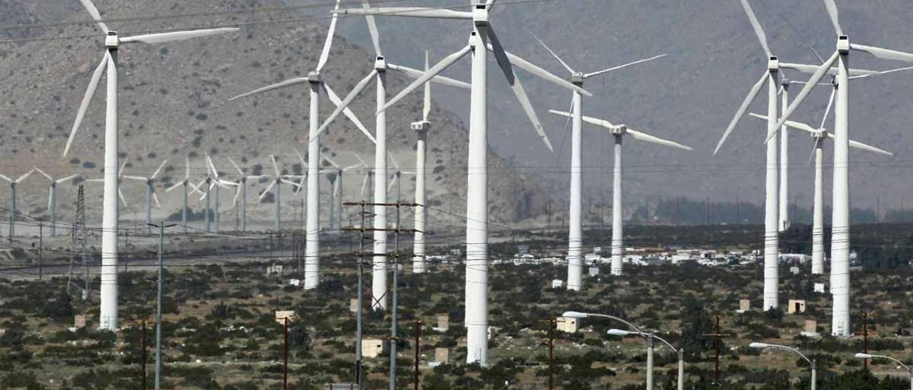 Aerogeneradores cerca de la carretera 10 en Palm Springs, California (EEUU).