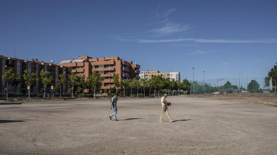 Dos personas pasean por la Aldehuela.