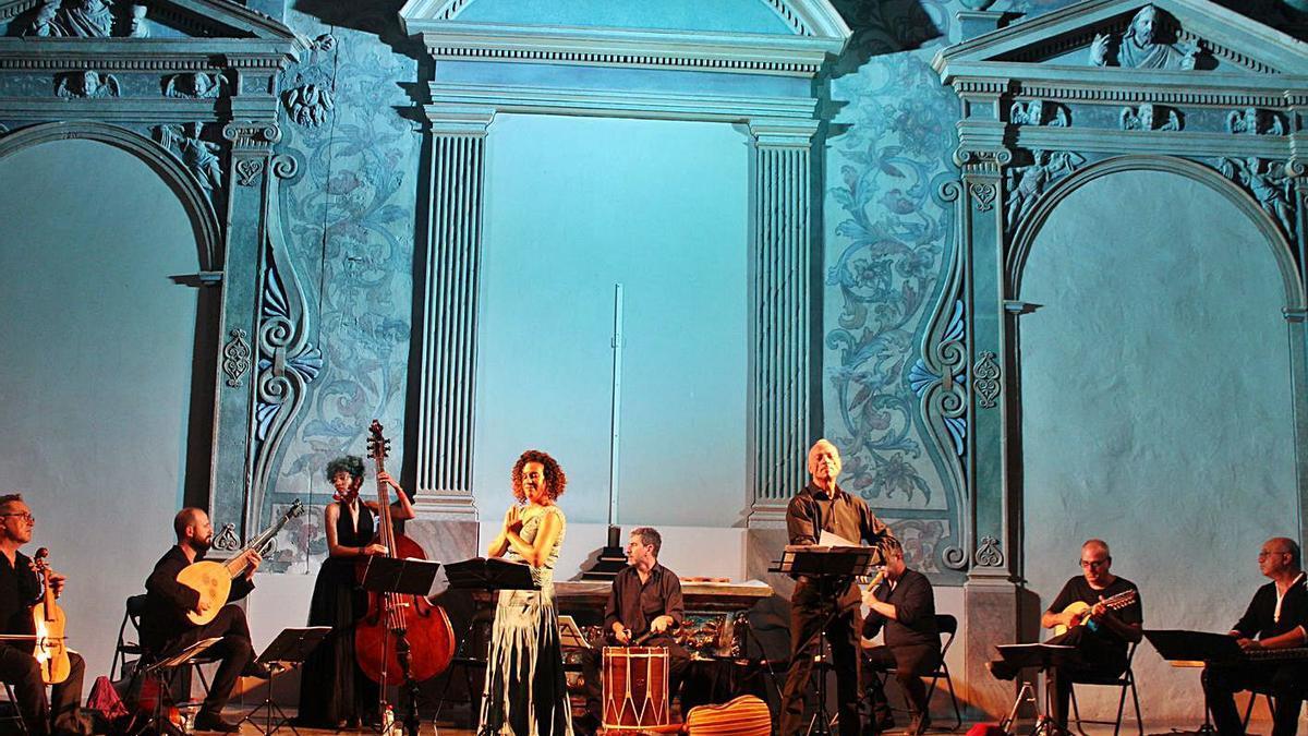 Capella de Ministrers en concert, amb els cantants Èlia Casanova i Pino de Vittorio.    LLUNA ISSA CASTERÀ.