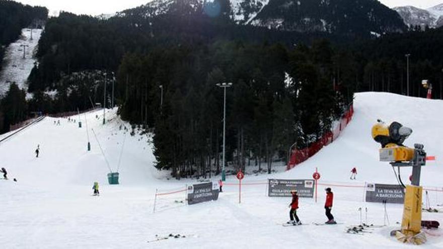 Surten a la venda els forfets de temporada de les estacions de muntanya per aquest hivern