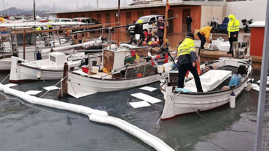 Controlado un vertido químico en la bahía de Sant Antoni