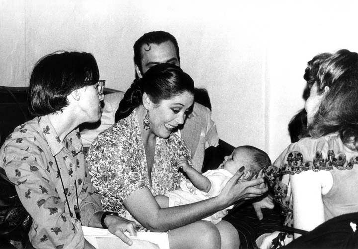 1990 Isabel pantoja en la plaza de Capuchinos durante un descanso del rodaje de Yo soy esa.