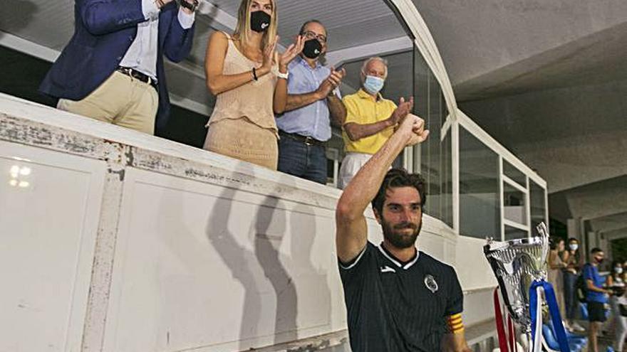 El CF Gandia se adjudica su trofeo