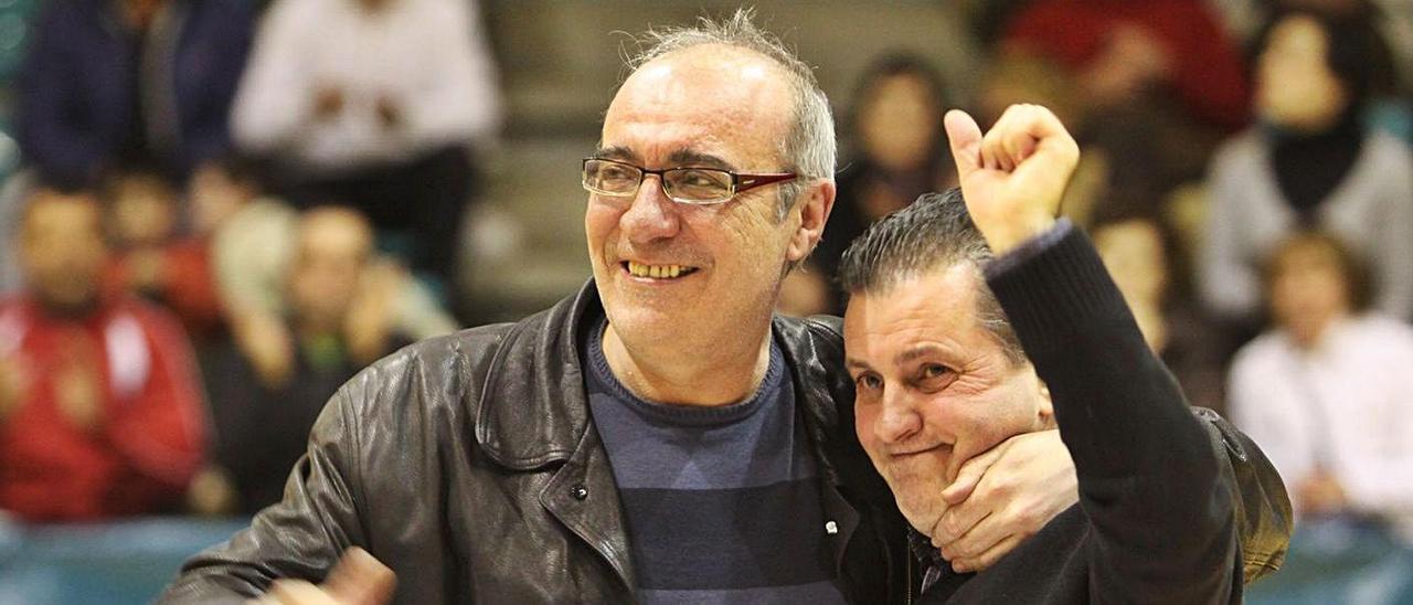 Camiña (derecha) junto a uno de sus técnicos fetiche, el ya fallecido Alejandro López, en 2010.    // C. GIMÉNEZ
