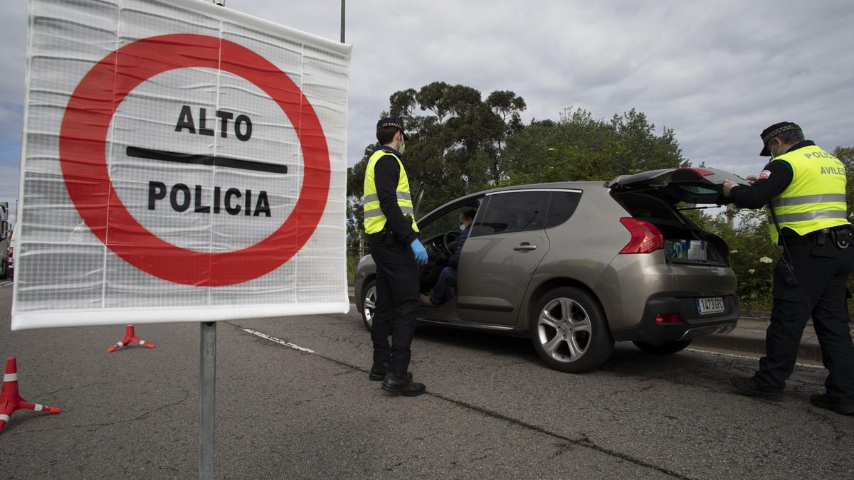 Un control de la Policía Local de Avilés, en una imagen de archivo.