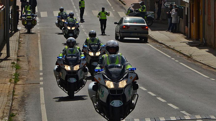 Rabanales recibe a casi 80 motoristas de la Guardia Civil en su recorrido por Zamora