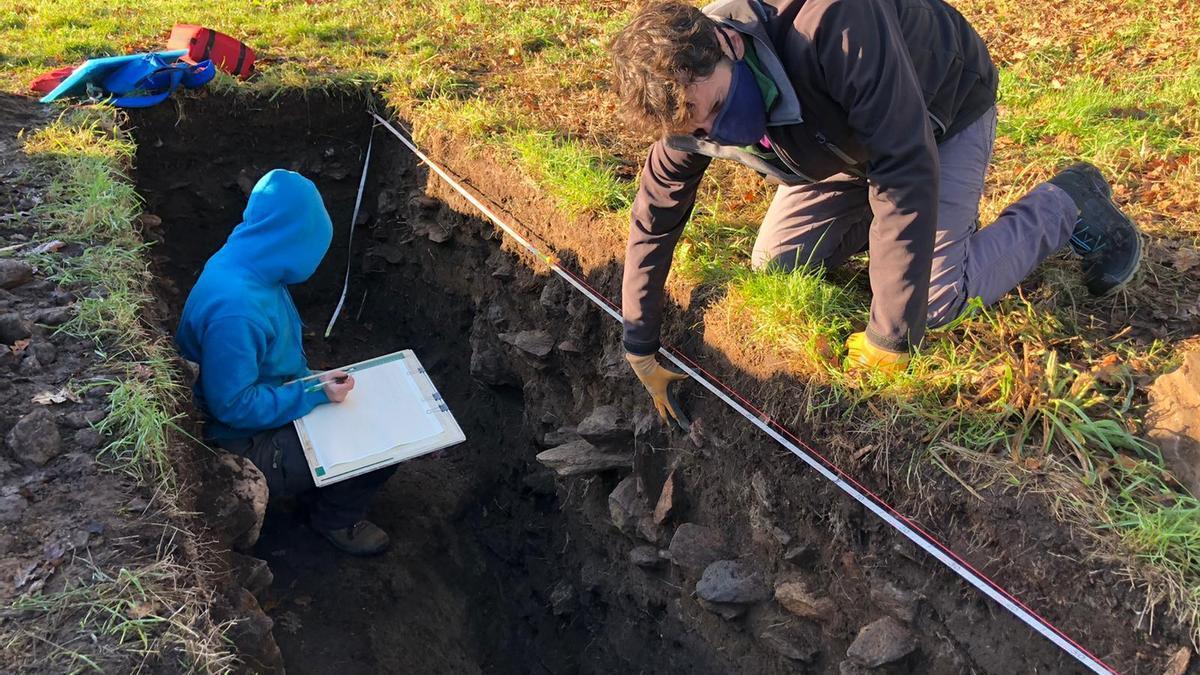 Realización de uno de los sondeos arqueológicos en el entorno del Castro de Garellas de Forcarei.