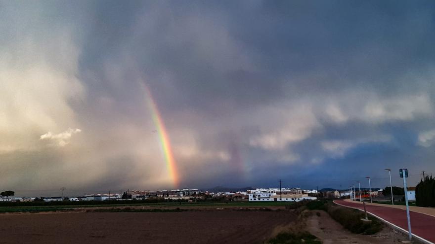 València amanece con un espectacular arcoíris