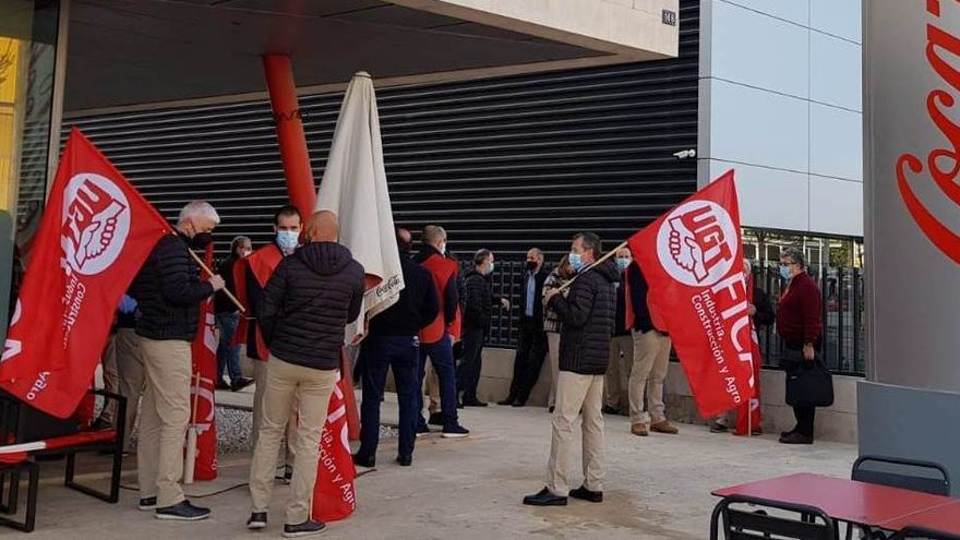 Protesta de trabajadores en Palma por el ERE de Coca Cola