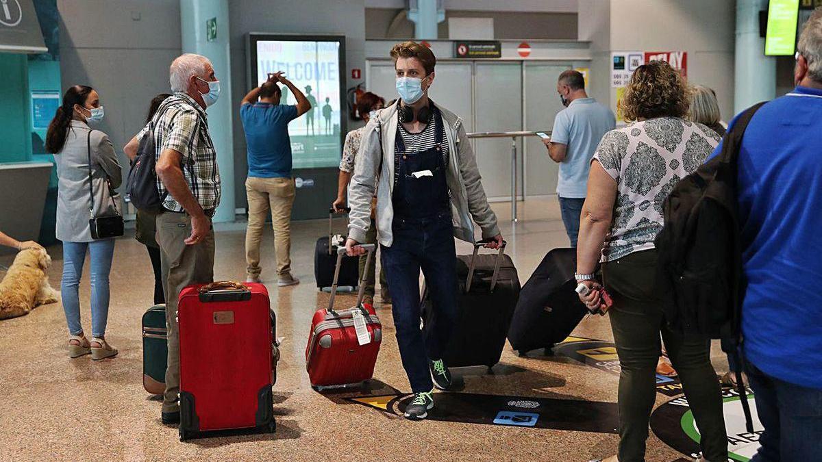 Pasajeros de un vuelo que aterrizó en la terminal viguesa de Peinador hace unas semanas.