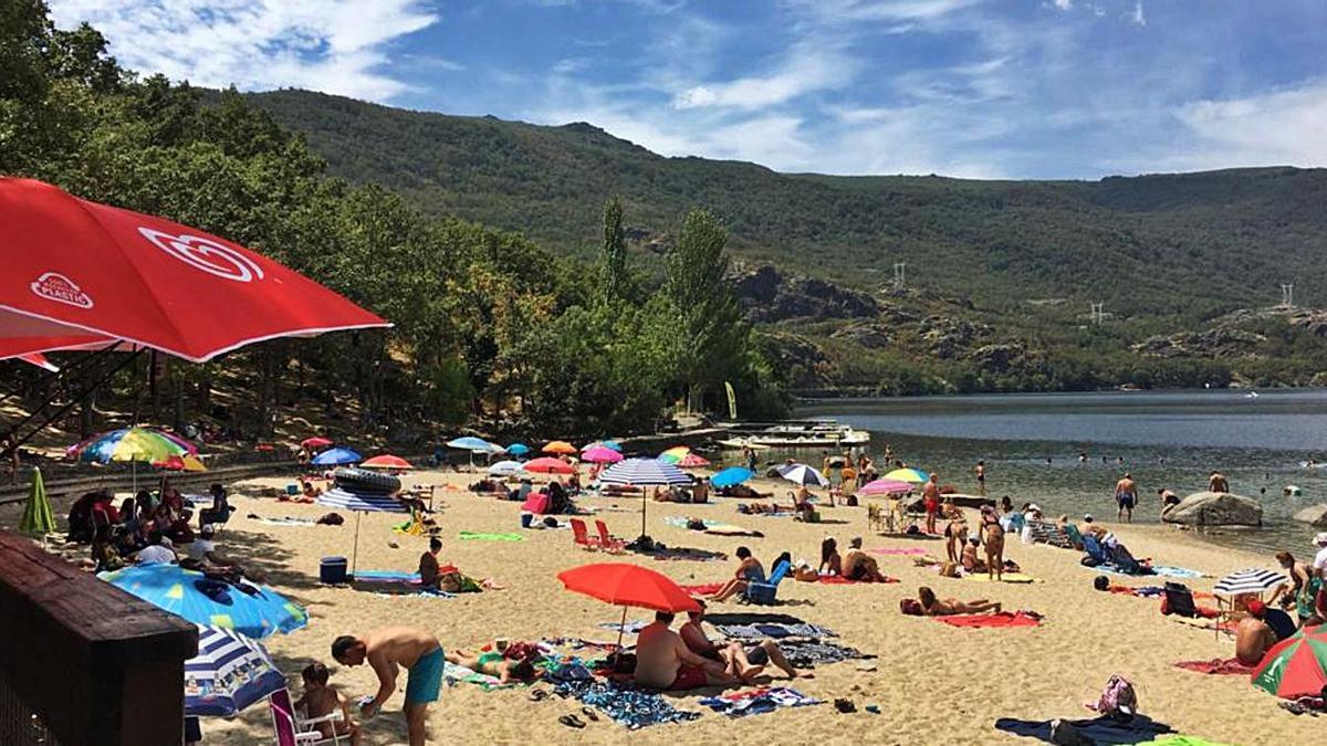 Los bañistas disfrutan del buen tiempo junto a las aguas del  Lago.   A. S.