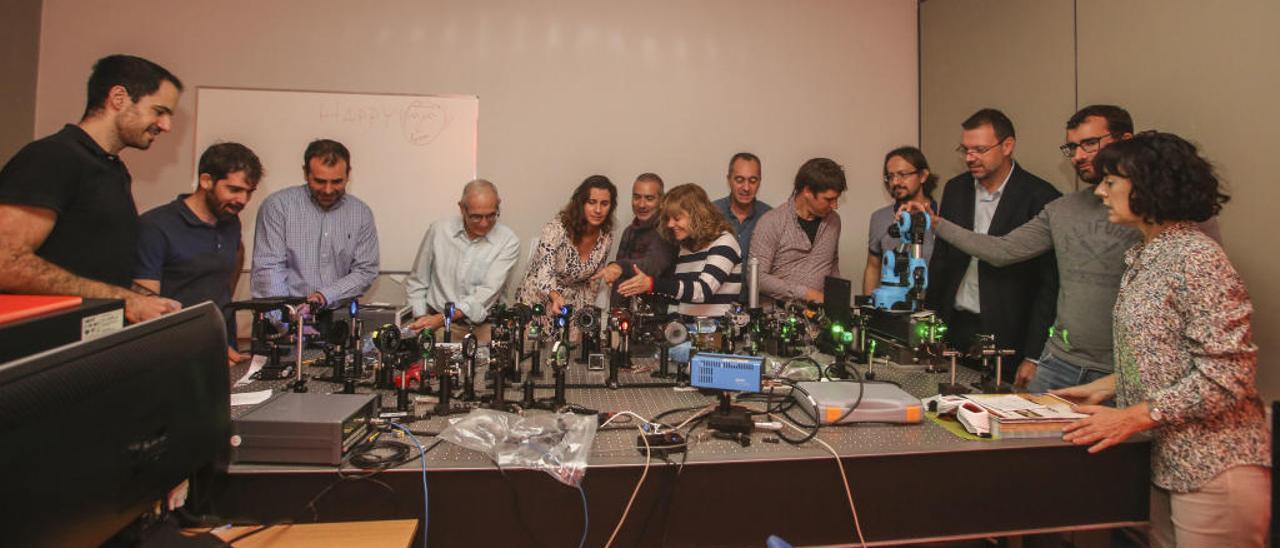 Investigadores del Instituto de Física Aplicada, en el laboratorio de Óptica Difractiva.