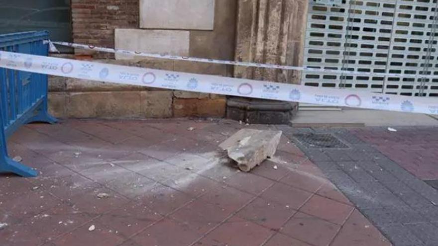 Caen cascotes del edificio de los Nueve Pisos en Murcia