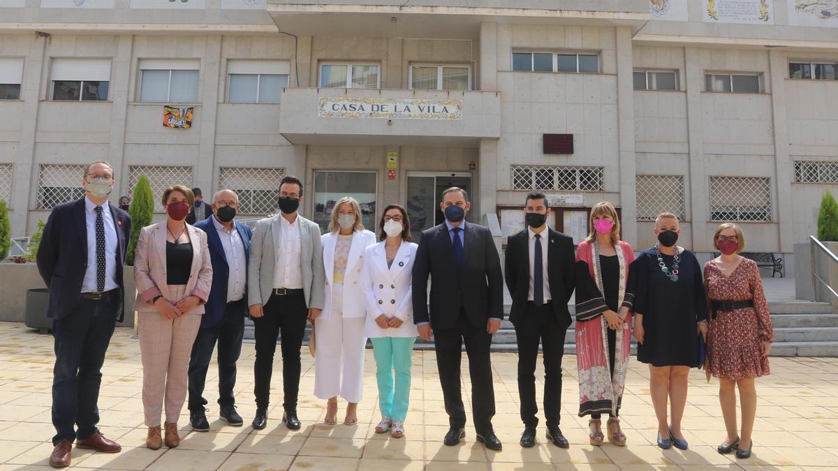 Ábalos, con el equipo de gobierno alcorino y otras autoridades provinciales.