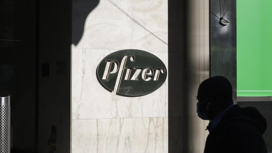 La CE firma el acuerdo con Pfizer para adquirir hasta 1.800 millones de dosis