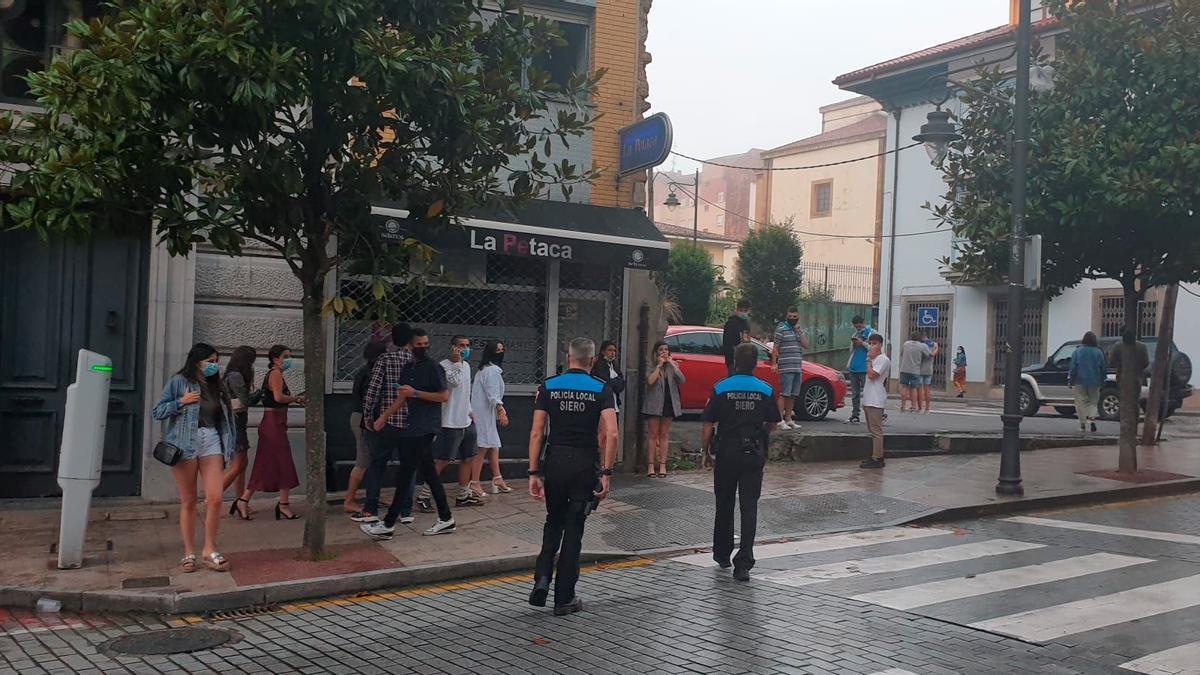 Dos agentes, por las calles de la Pola, en una imagen de archivo