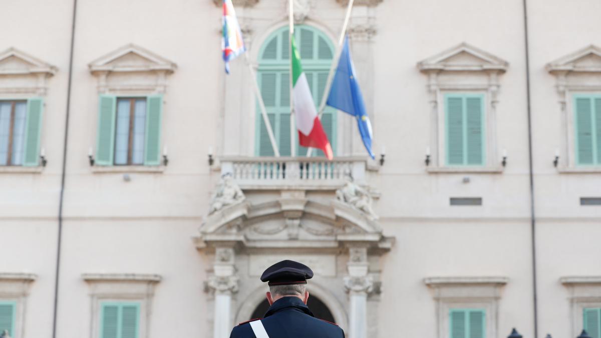 Banderas italianas a media asta en memoria del diplomático asesinado