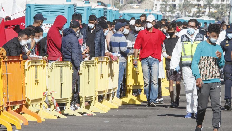 Los migrantes que permanecen en el Muelle de Arguineguín caen a 860 personas