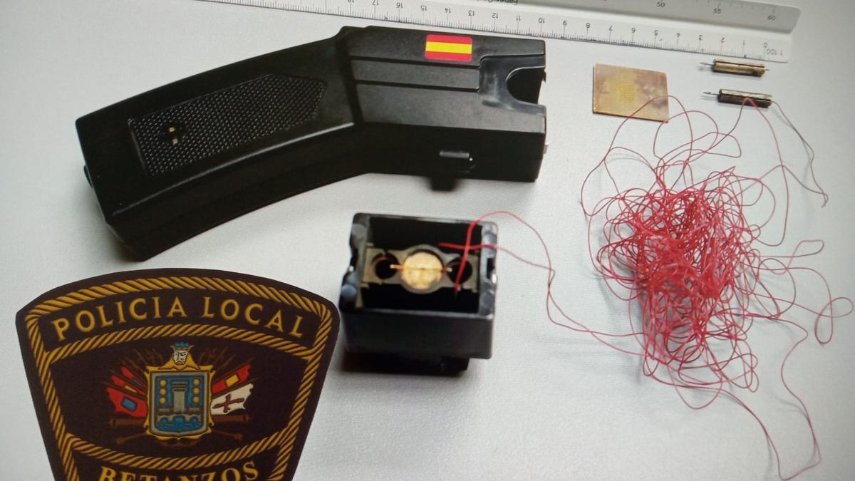 Pistola eléctrica y dardos incautados tras la agresión.