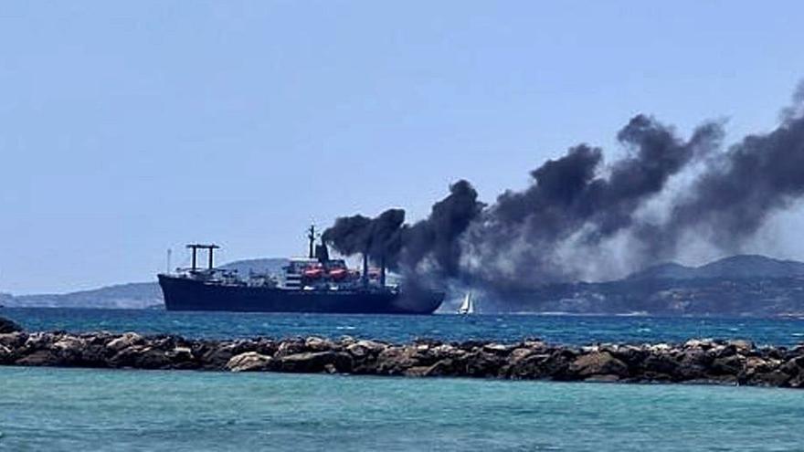Sorpresa en Palma por el humo procedente de un barco
