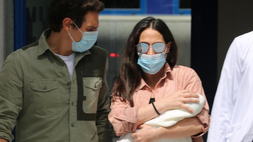Malú i Albert Rivera abandonen l'hospital amb la seva filla Lucía