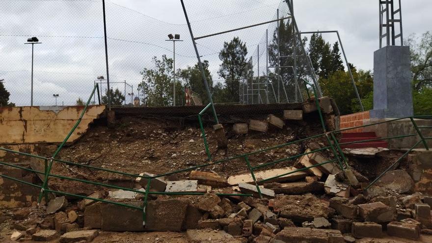 Las lluvias derriban una parte de la zona de grada del polideportivo de Agost
