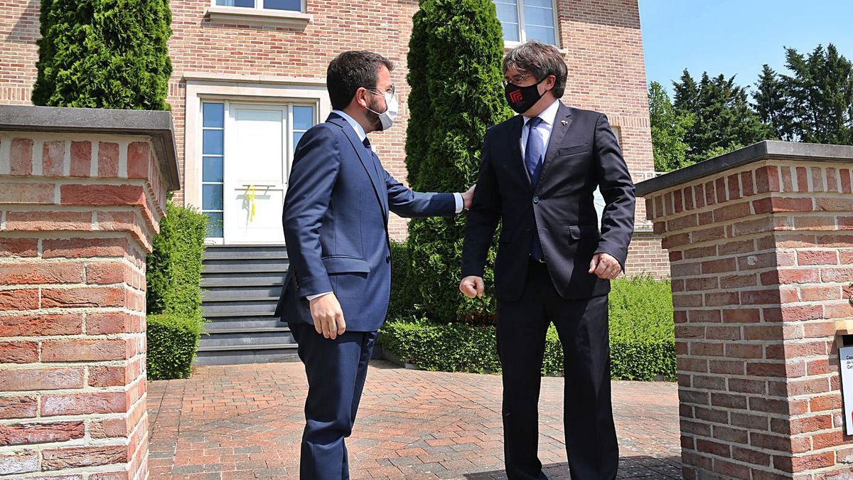 Aragonès i Puigdemont, a l'entrada de la residència de l'expresident. | ACN