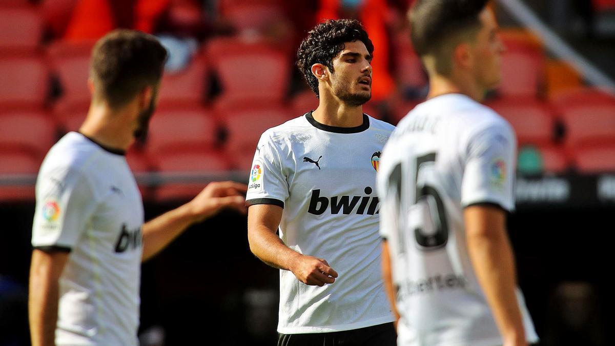 Gonçalo Guedes atiende las explicaciones de José Luis Gayà, en un partido en Mestalla.