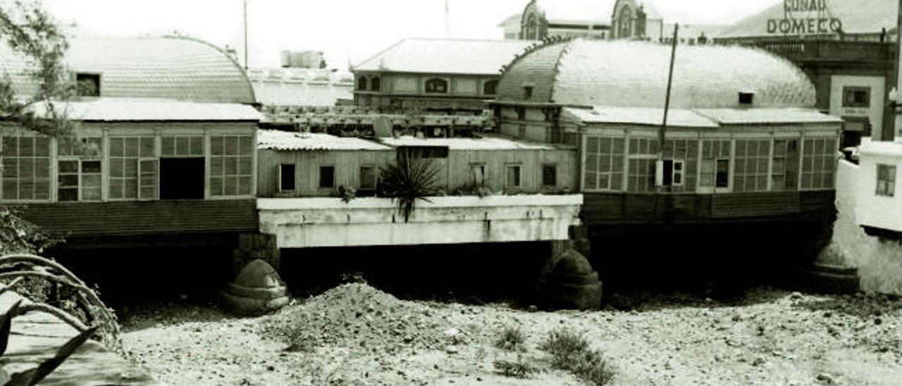 Puente Palo o de Palastro, sobre el principal cauce capitalino, retratado en el año 1968.