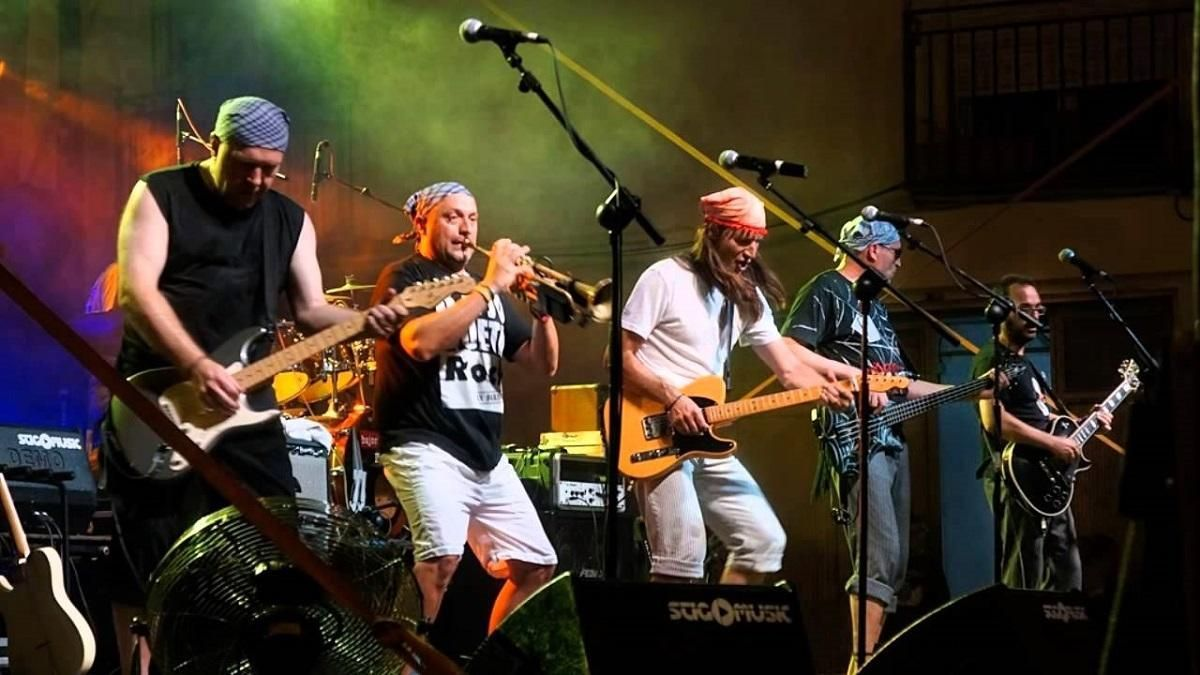 El polifacético grupo de rock, Bajoqueta Rock, durante un concierto.
