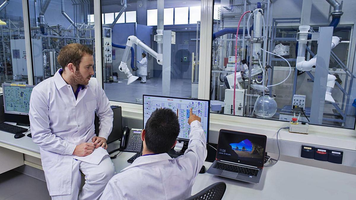 Imagen de archivo de dos investigadores de un laboratorio del centro de investigación de Cepsa. | | E.D.