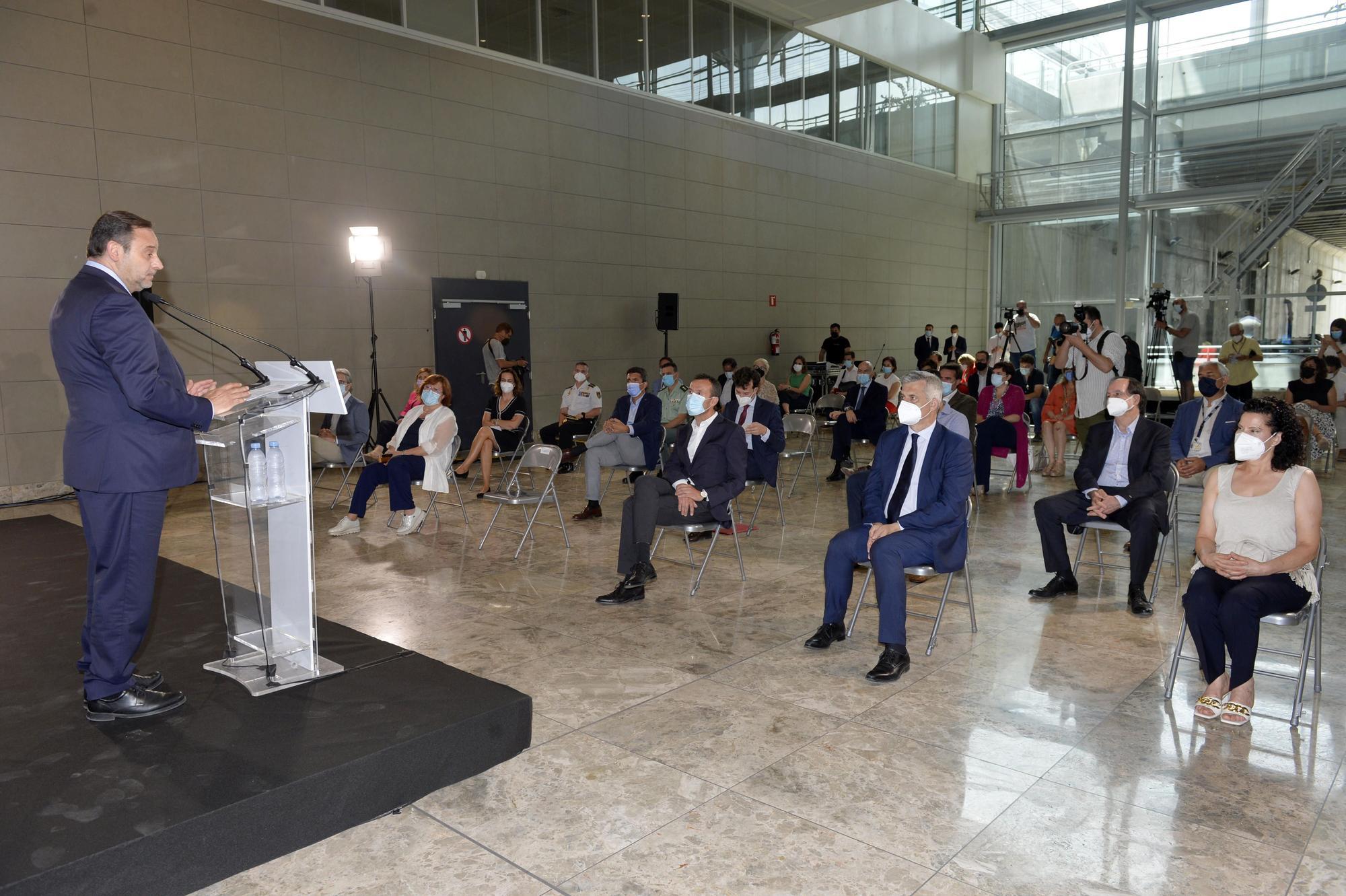 Ábalos preside la ceremonia para añadir al aeropuerto el nombre del poeta Miguel Hernández