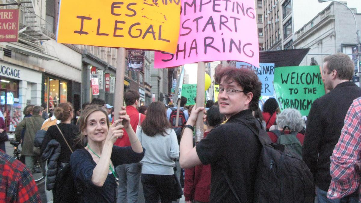 Luis Moreno-Caballud, a la derecha, en una manifestación durante el Ocupa Wall Street.