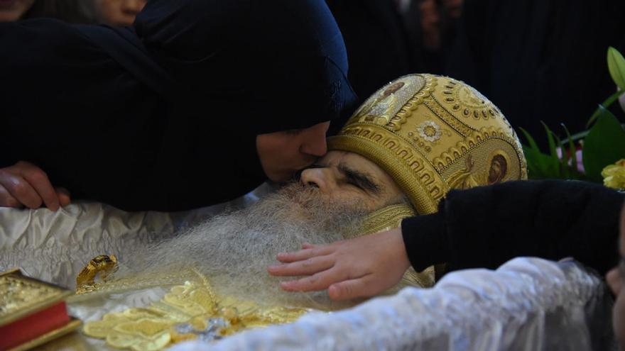 El arzobispo de Montenegro muere por coronavirus y miles de personas se despiden besando su cadáver