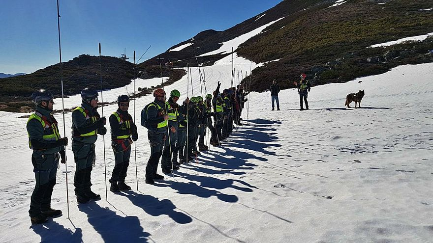 Al rescate en una avalancha: los guardias civiles de montaña entrenan en la nieve