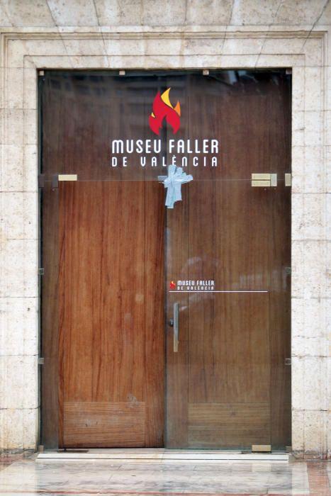 El viento rompe la puerta de cristal del Museo Fallero