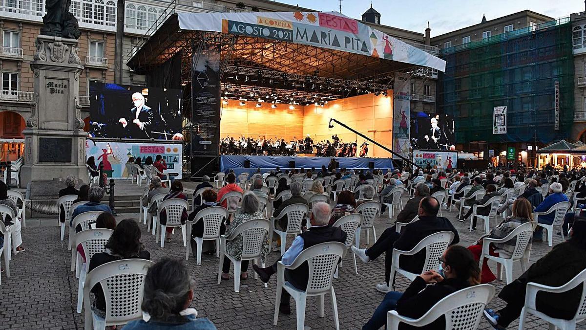 Concierto de la Orquesta Sinfónica de Galicia, ayer,  en la plaza de María Pita.   | // VÍCTOR ECHAVE