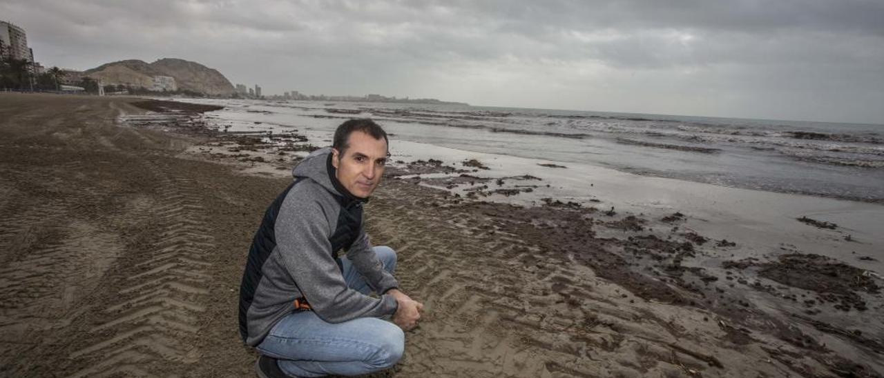 El sajeño Fernando Maestre posa en el Postiguet, una de las playas afectadas por el último temporal.