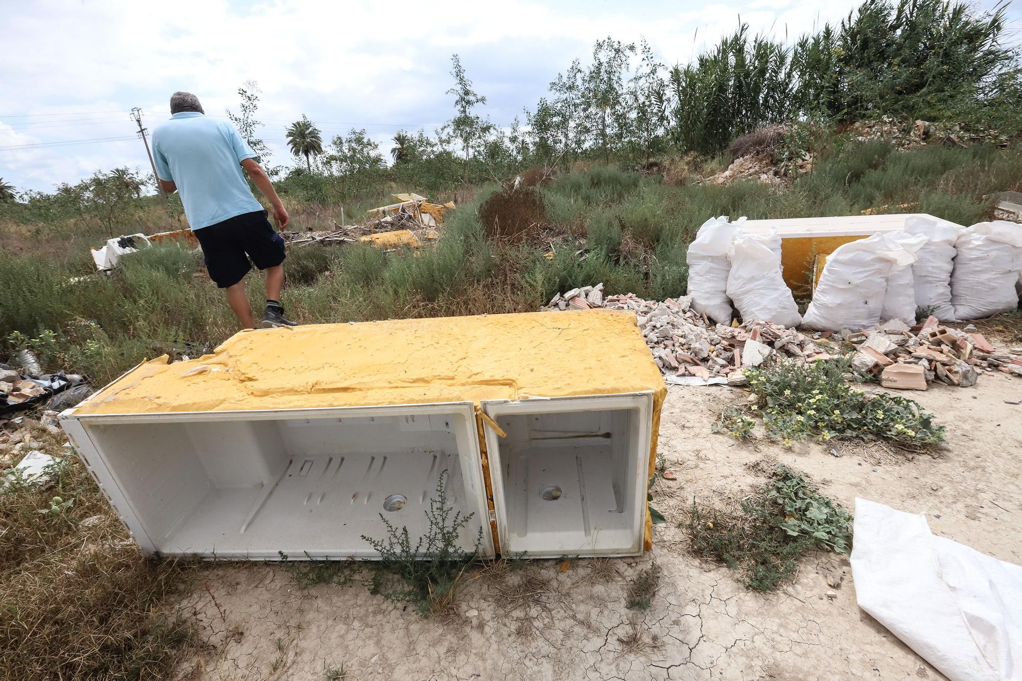 Los escombros y la maleza invaden los alrededores del polígono de Orihuela