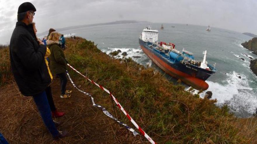 """El aviso naranja por olas de siete metros adelanta a hoy el reflote del """"Blue Star"""""""