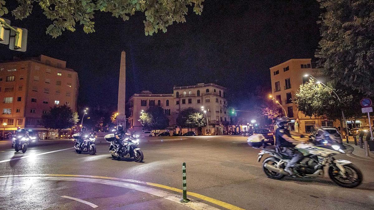 La Policía Local entrando en la zona restringida desde la plaza del Obelisco.