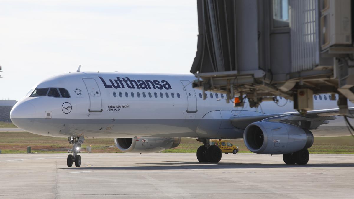 Una imagen de un avión von el logo de Lufthansa.