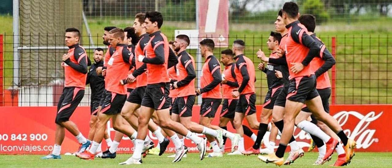 Los jugadores del Sporting se entrenan ayer en Mareo.