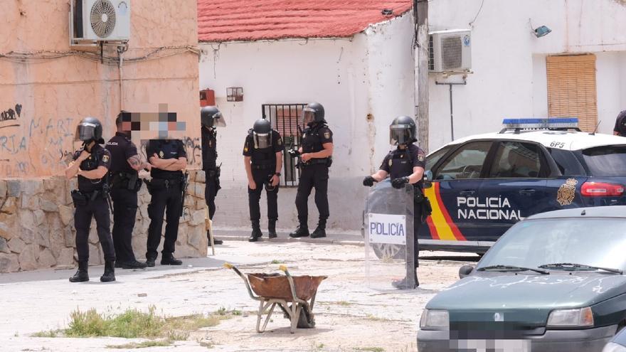 Operación antidroga en el barrio La Tafalera de Elda y en una casa de campo de Sax