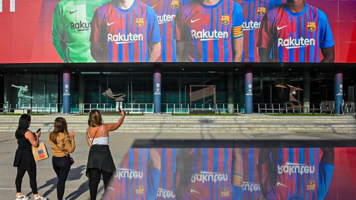 The new Barça mural at the Camp Nou with Busquets, Piqué, Ansu Fati, Pedri, De Jong and Ter Stegen.