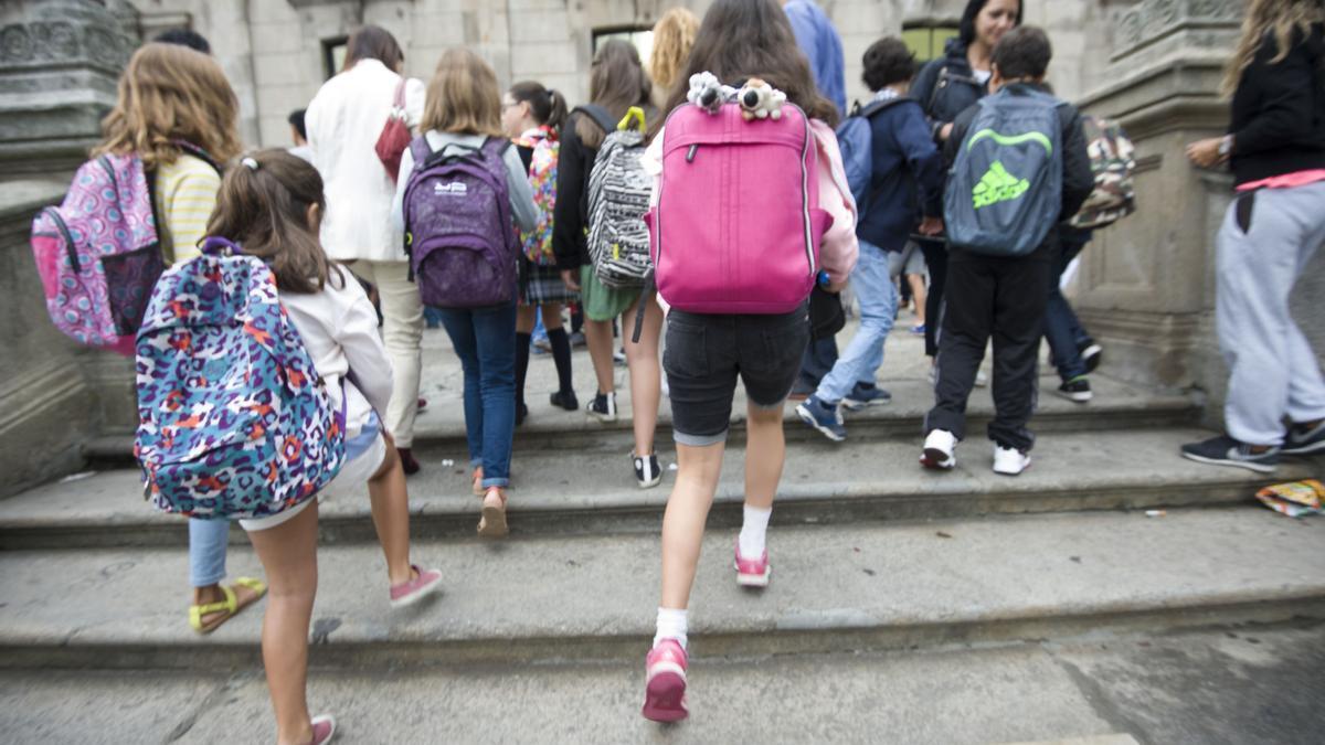 Niños saliendo de clase.