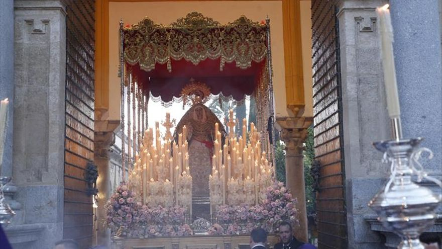Un cálido Martes Santo para acoger a la Virgen de la Salud