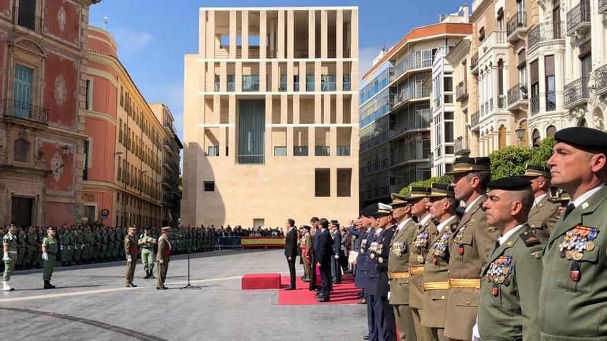 Los paracaidistas del Regimiento de Infantería 'Zaragoza' 5 reciben la enseña nacional en Belluga