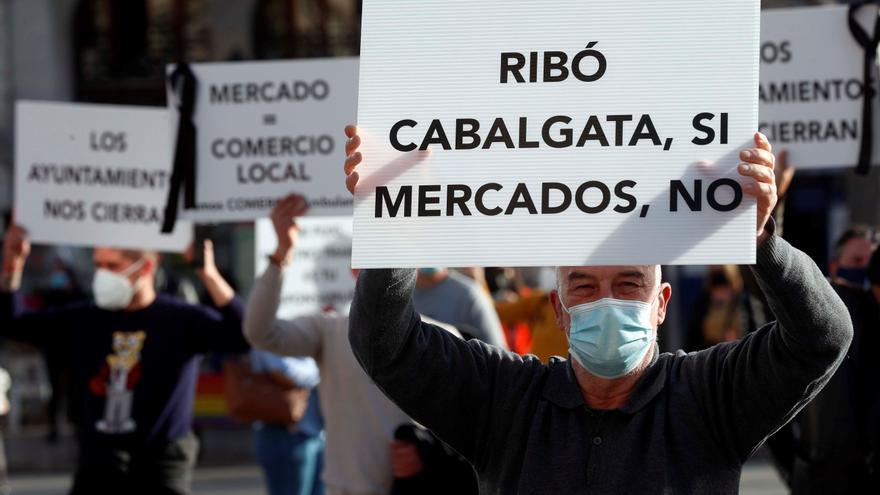 Los vendedores ambulantes protestan por el cese de los mercadillos