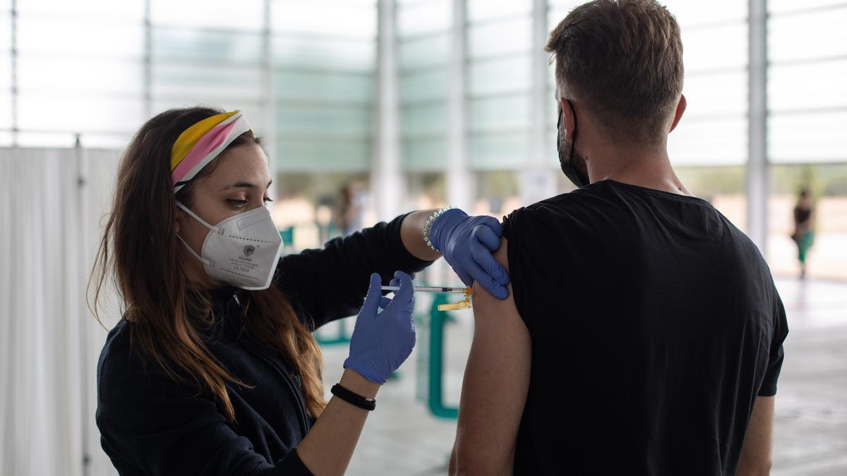 Un joven se vacuna en Ifeza.
